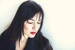 Van de de make-upmannequin van schoonheids het rode lippen krullende haar Mooi donkerbruin model met lang haar stock afbeeldingen