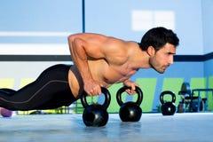 Van de de mensenopdrukoefening van de gymnastiek de sterkteopdrukoefening met Kettlebell Stock Foto