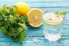 Van de de munt de verse drank van de citroensoda van het de zomerstilleven blauwe achtergrond Royalty-vrije Stock Fotografie