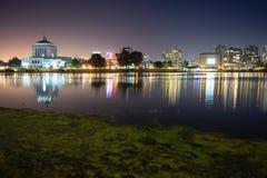 Van de de Nachthemel van Oakland Californië van de de Stadshorizon Meer het Van de binnenstad Merritt royalty-vrije stock foto's