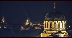Van de de nachtverlichting van de kerkkoepel de stadsvenster Stock Foto's