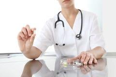 Van de de pillengeneeskunde van de artsenholding dichte omhooggaand Gezondheidszorg en medisch Stock Fotografie