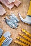 Van de de plankenhamer van de spijkershandschoen houten ruller op houten raad Stock Fotografie