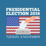 Van de de presidentsverkiezingdag van de V.S. het concepten vectorillustratie Hand die stemmingsdocument in de stembus met Amerik Royalty-vrije Stock Foto's