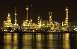 Van de de raffinaderijinstallatie van de olie de nachtscène in Thailand Royalty-vrije Stock Foto's