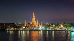 Van de de rivierbaai van de zonsondergangnacht de tijdspanne van de de tempel4k tijd wat arun Bangkok Thailand stock videobeelden