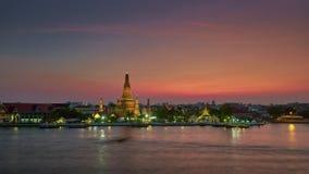 Van de de rivierbaai van zonsondergangbangkok van het de tempelpanorama wat arun de tijdtijdspanne Thailand 4k stock footage