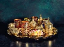 Van de de schotels Oosterse gastvrijheid van de theelijst gouden de Ramadanwijnoogst royalty-vrije stock foto