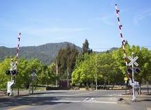 Van de de Spoorwegwijn van de Napavallei de treinspoorwegovergang in Yountville stock foto