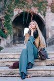 Van de de stadsgang van de blondevrouw in openlucht eruit de de manierlevensstijl ziet Stock Afbeelding