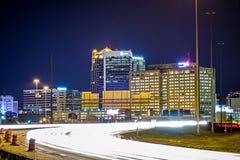 Van de de stadshorizon en weg van Birmingham Alabama verkeersslepen stock fotografie