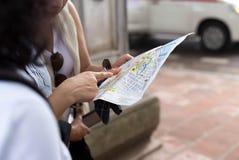 Van de de stadskaart en straal van Ha Noi de verbodsglazen met Reizigersgroep die vrouw juiste richting zoeken concentreren zich  Stock Foto's