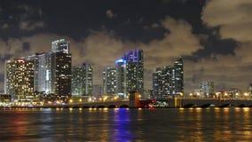 Van de de stadsophaalbrug van nacht lichte Miami van het het verkeerspanorama de tijdtijdspanne van de binnenstad Florida de V.S.