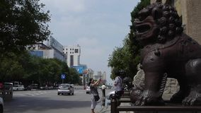 Van de de steenleeuw van het bronsmetaal de eenhoorn & van China de steen overspant voor oude stadspoort, Stedelijk stads bezig v stock video