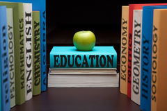 Van de de studieschool van het onderwijs de universiteitsboeken en appel Stock Fotografie