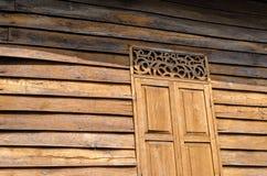 Van de de teakmuur van het stencilvenster gouden houten de zonschaduw Stock Afbeelding