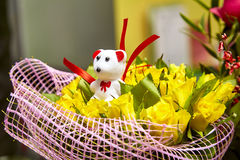 Van de de teddybeergift van boeket de gele rozen witte Dag van Valentine ` s favorit Royalty-vrije Stock Afbeeldingen