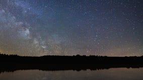 Van de de Tijdspanne Mooie nacht van de melkwegtijd de hemelbezinning over Meer stock videobeelden
