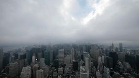 Van de de tijdspanne nyc horizon van de stadsnacht de mistige wolken stock video