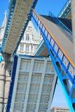 Van de de Torenbrug van Londen de wegsegmenten die in close-upmening worden opgeheven Stock Foto's