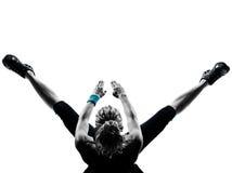 Van de de traininggeschiktheid van de vrouw de opdrukoefeningen van de houdingsabdominals Stock Foto's