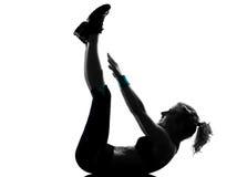 Van de de traininggeschiktheid van de vrouw de opdrukoefeningen van de houdingsabdominals Stock Foto