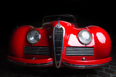 Van de de van achtergrond Alfa Romeo 6C 2300B donkere de Limousine donkere achtergrond van Cabrio Ondergeschikte bruine luxe retr Royalty-vrije Stock Foto's