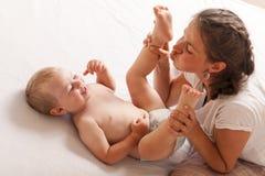 Van de de veranderingsbaby van het mammaspel de zoonsluier Royalty-vrije Stock Foto