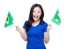 Van de de vrouwenholding van Azië de vlag van Brazilië Stock Afbeelding
