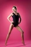 Van de de vrouwensport van de schoonheid de speld-omhooggaande stijl op roze Stock Foto