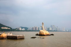 Van de de Wegwaterkant van Zhuhaiminnaars het beeldhouwwerk van Zhuhai Fisher Girl als Stock Afbeeldingen