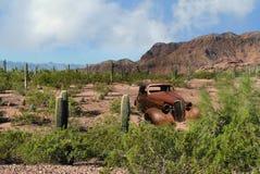 Van de de Woestijn de klassieke auto van Arizona cactus Route 66 Stock Afbeeldingen