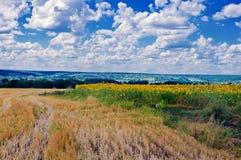 Van de de wolkenhemel van bergenheuvels de zonzonsondergang Royalty-vrije Stock Foto