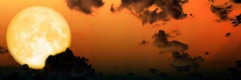Van de de wolkenhemel van het panoramaonduidelijke beeld de donkere super maan Stock Foto's