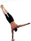 Van de de yogahandstand van de mens de volledige gymnastiek- lengte Stock Afbeeldingen
