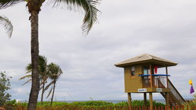 Van de de zomerdag van Florida van de het strandbadmeester van Miami de torenpanorama 4k de V.S. stock video