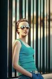 Van de de zomerstraat van het manier stedelijk toevallig meisje de stadsportret Stock Afbeeldingen
