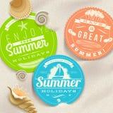 Van de de zomervakantie en reis etiketten en overzeese shells Stock Afbeelding