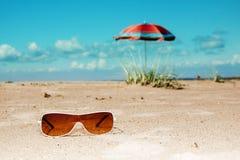 Van de de zonnebrilparaplu van het strand het overzees en de hemel Royalty-vrije Stock Afbeeldingen