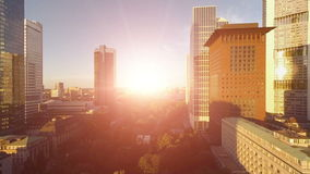 Van de de zonsonderganghorizon van de bedrijfsgebouwenstad de onroerende goederenoriëntatiepunten stock videobeelden