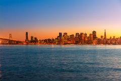 Van de de zonsonderganghorizon van San Francisco de bezinning van het de baaiwater van Californië Stock Afbeeldingen