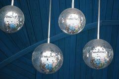 Van de de discopartij van spiegelballen de abstracte donkerblauwe houten achtergrond Ondiep dieptegebied Stock Foto's