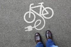 Van de e-Fiets E van mensenmensen eco van de de fiets elektrofiets Fietsebike elektrische Stock Fotografie