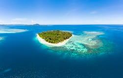 Van de Eilandensumatra van satellietbeeldbanyak de tropische archipel Indonesië, Aceh, strand van het koraalrif het witte zand Ho stock afbeelding
