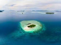 Van de Eilandensumatra van satellietbeeldbanyak de tropische archipel Indonesië, Aceh, strand van het koraalrif het witte zand Ho stock afbeeldingen