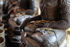 Van de engelenstandbeeld en monnik de aalmoeskom met zette de muntstukken Royalty-vrije Stock Foto