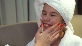 Van de de familielevensstijl van de schoonheidslichaamsverzorging de room van de het gezichtshand stock video