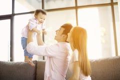 van de familiemoeder en vader het spelen met baby thuis royalty-vrije stock afbeeldingen
