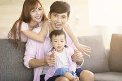 van de familiemoeder en vader het spelen met baby thuis royalty-vrije stock foto's