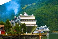 Van de de fjordlandschap en cruise van Noorwegen schepen in Flam royalty-vrije stock afbeelding